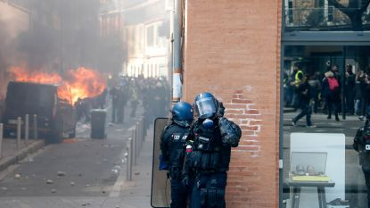 VIDEO. Gele hesjes met gasmaskers trappen traangasgranaten terug naar politie in Toulouse
