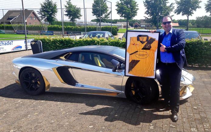 De Zeeuws-Vlaamse ondernemer Salar Azimi, voorzien van een NAC-shirt en een portemonnee vol potentiële promotiepremies. ,,Zal ik voor de Lamborghini poseren?''.