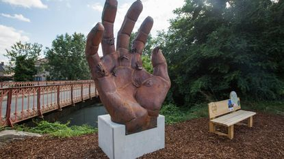 'Terug naar de brug' herleeft in reusachtige hand