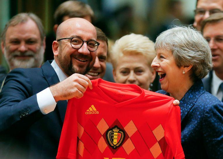Michel overhandigt een truitje van de Rode Duivels aan Brits eerste minister THERESA MAY, eind juni 2018, en dat kan ze wel smaken.