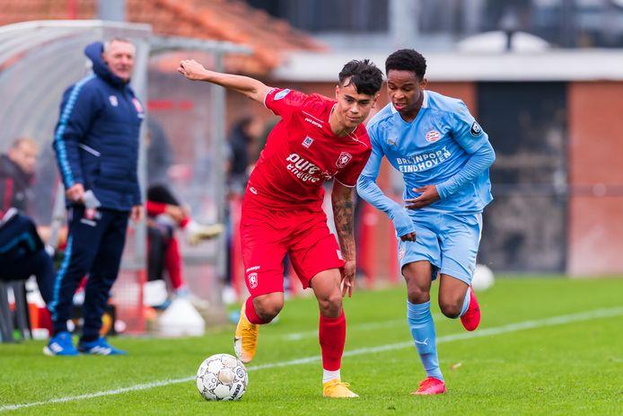Mees Hilgers in duel met oud-FC Twente-speler en de tegenwoordige PSV-er Andrew Mendonca.