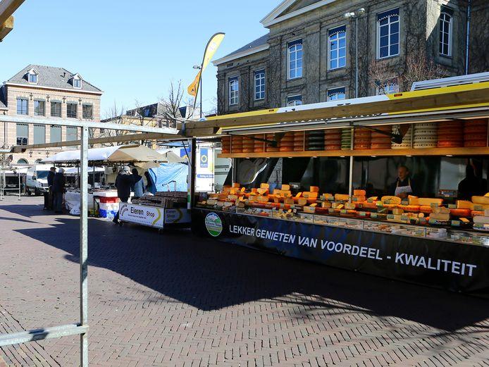 De Groenmarkt in Gorinchem, op maandag 23 maart al flink verkleind. Voor maandag 6 april is de markt helemaal geschrapt.