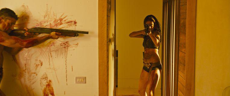 In haar feministische wraakhorror 'Revenge' zet regisseuse Coralie Fargeat macht en machismo te kijk. Beeld