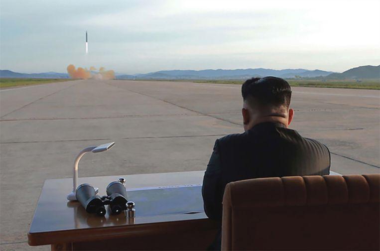 Kim Jong-un kijkt toe terwijl een van zijn ballistische raketten wordt afgevuurd.