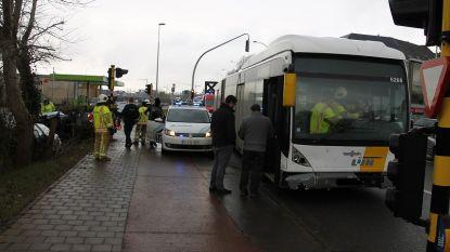 Vrouw rijdt door het rood: volle lijnbus kan aanrijding niet vermijden en ramt wagen in flank