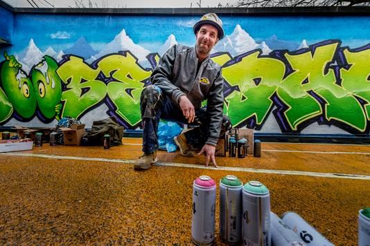 Nieuwe graffitikunst in de Kadetunnel. Graffitikunstenaars uit verschillende windstreken hebben de kadetunnel voorzien van een nieuw kleurrijk jasje, met op de foto organisator Remco van den Beemd . Foto: Tonny Presser/Pix4Profs