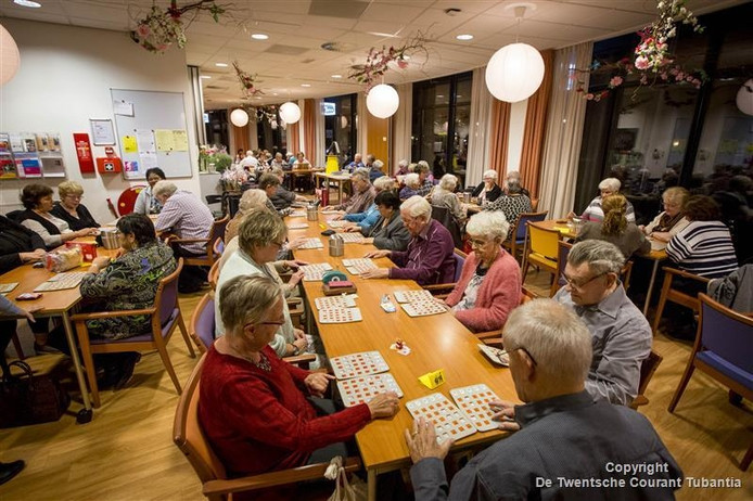 Ouderen spelen Bingo in het ontmoetingscentrum Het Palet in Hengelo.