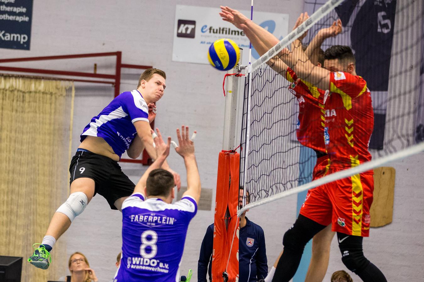 Joris Zwanenburg (links) van Vocasa haalt uit. Duco Krook (rugnummer 8) staat klaar. Beide spelers blijven bij de Nijmeegse volleybalclub.