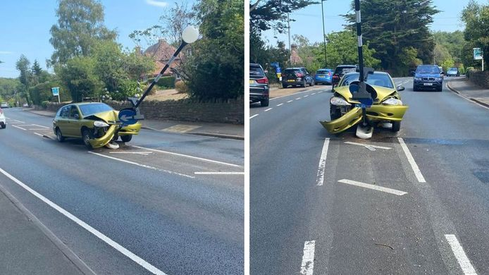 Houd je ogen op de weg en niet op eventuele spinnen in je interieur, schrijft de Britse politie op Facebook na deze botsing.