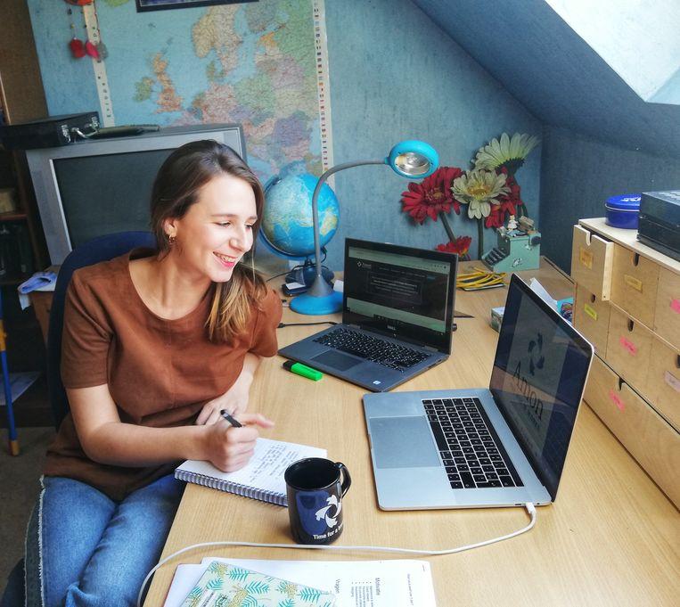 Zoë werkt in een afzonderlijke ruimte. met twee laptops, een wereldbol en de onvermijdelijke koffiemok: best wel een gezellige werkplek.