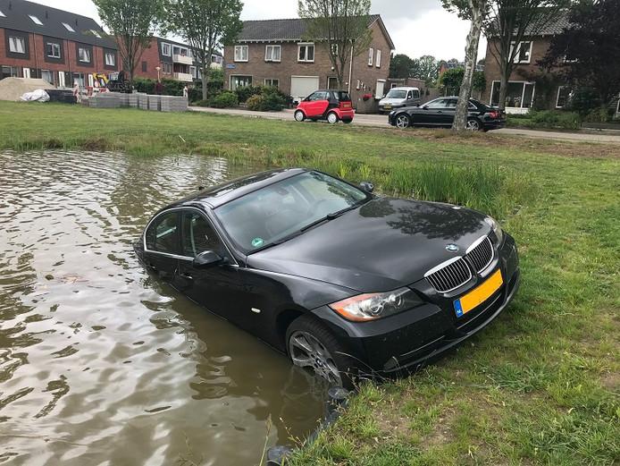 De auto eindigde in een vijver in De Wijk.