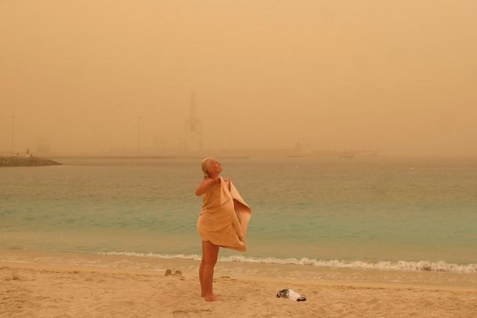 Een badgast droogt zich af op het strand van Puerto del Rosario.
