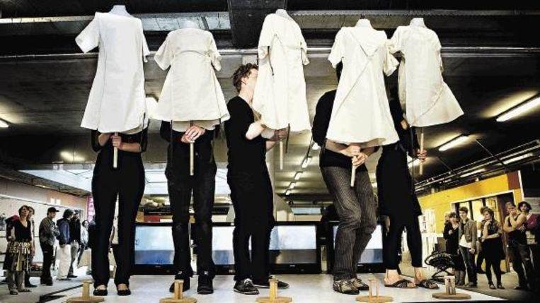 Modeshow tijdens het Reparatiefestival van de Design Academy Eindhoven. (FOTO MAARTEN HARTMAN) Beeld