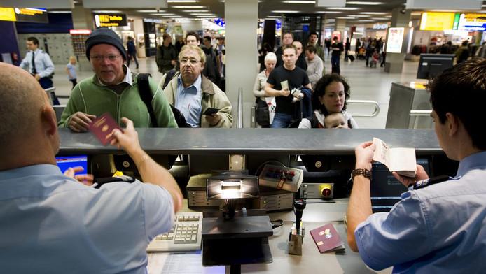 Paspoortcontrole op Schiphol.