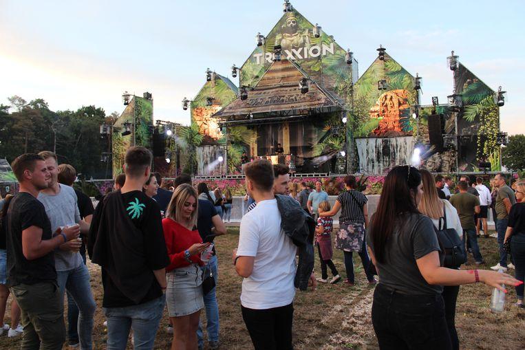 Het decor van de Beats Stage is indrukwekkend. Vooral later op de avond werd het er gezellig druk.