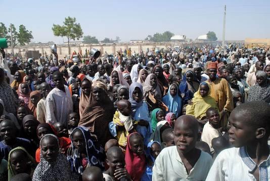 Bewoners van het kamp in Dikwa wachten op eten, archiefbeeld
