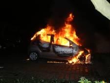 Dicht bij woning brandt auto volledig uit in Vught, brandstichting niet uitgesloten