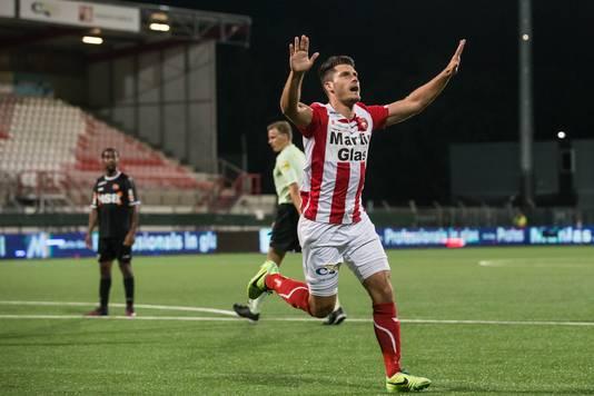 Thijs van Pol juicht na het maken van de 1-0 tegen FC Volendam.