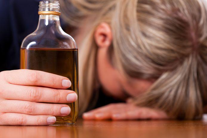 Thuis drinken kan leiden tot ruzies en huiselijk geweld.