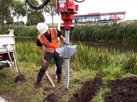 Nieuwe lantaarnpalen in Woerden als kurkentrekkers de grond ingedraaid