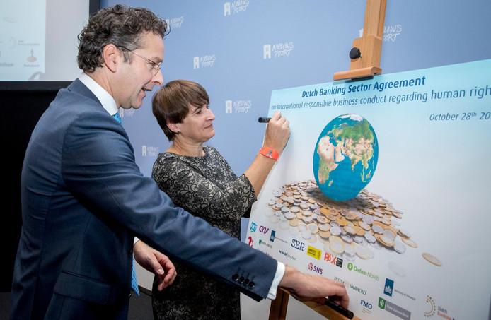 Minister Dijsselbloem (Financiën) ondertekende vorige week met minister Ploumen (Handel) het convenant internationaal maatschappelijk verantwoord ondernemen in de bancaire sector.
