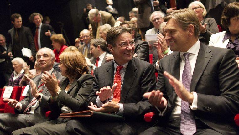 Maxime Verhagen en Sybrand van Haersma Buma klappen tijdens het CDA-congres Beeld null