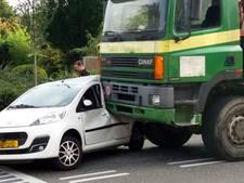 Vrachtwagen botst tegen auto in Huissen