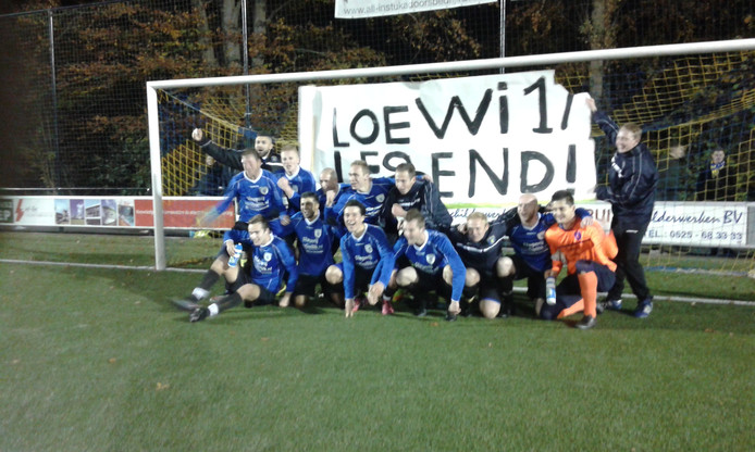 VV Hattem viert de overwinning.