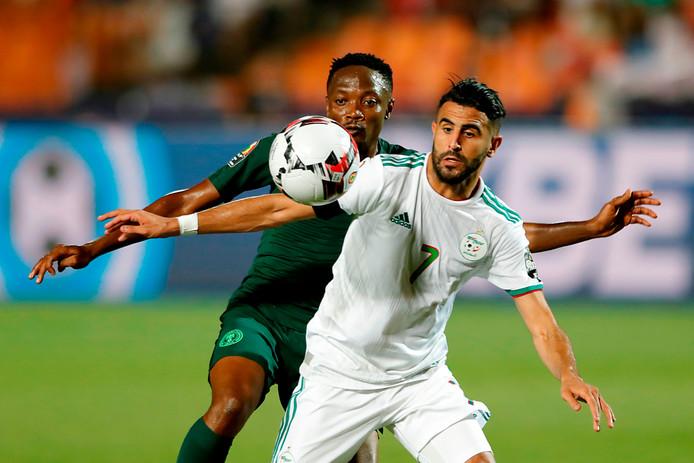 Ahmed Musa in duel met Riyad Mahrez.