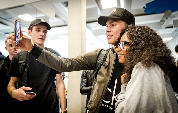 Lijsttrekker Sylvana Simons (Artikel1) gaat op de foto met leerlingen van ROC TOP NDSM.