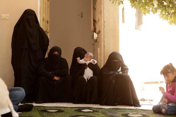 Vrouwen in een kamp in Raqqa, archiefbeeld.