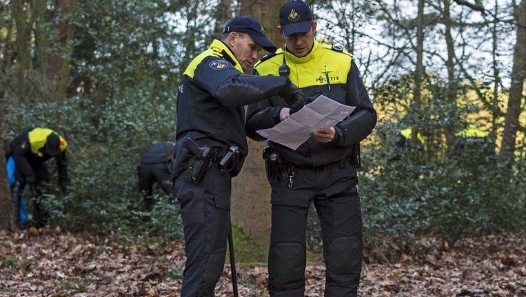 Politie op zoek naar bewijsmateriaal nabij de woning van Els Borst. Beeld epa