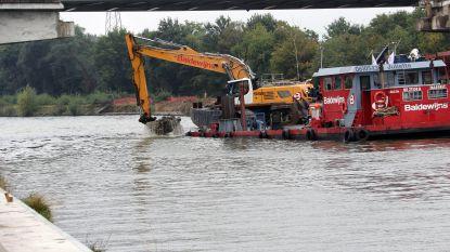 Kranen op drijvend ponton slopen oude brug in Geel-Stelen
