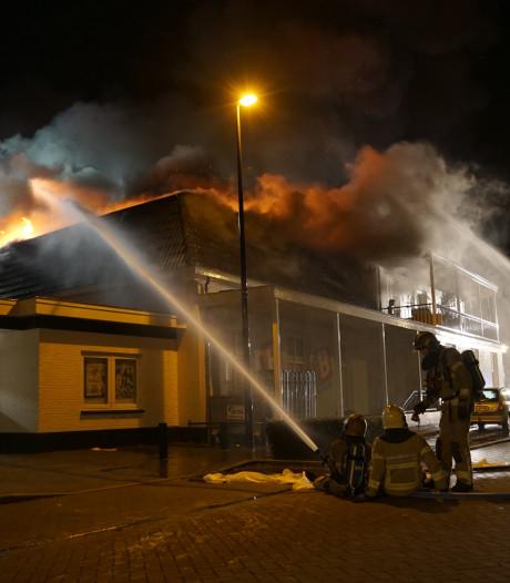 Enorme brand verwoest Blokker en bakkerij in Brummen, feestgangers schieten te hulp