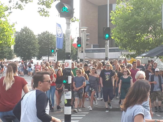Veel bezoekers lopen de stad in.