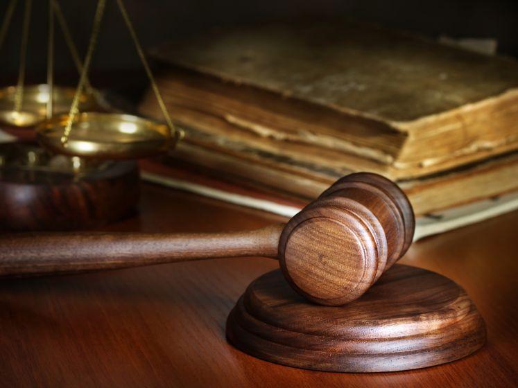 Agent en boa misselijk door stank drugsvaten in busje Rielenaar