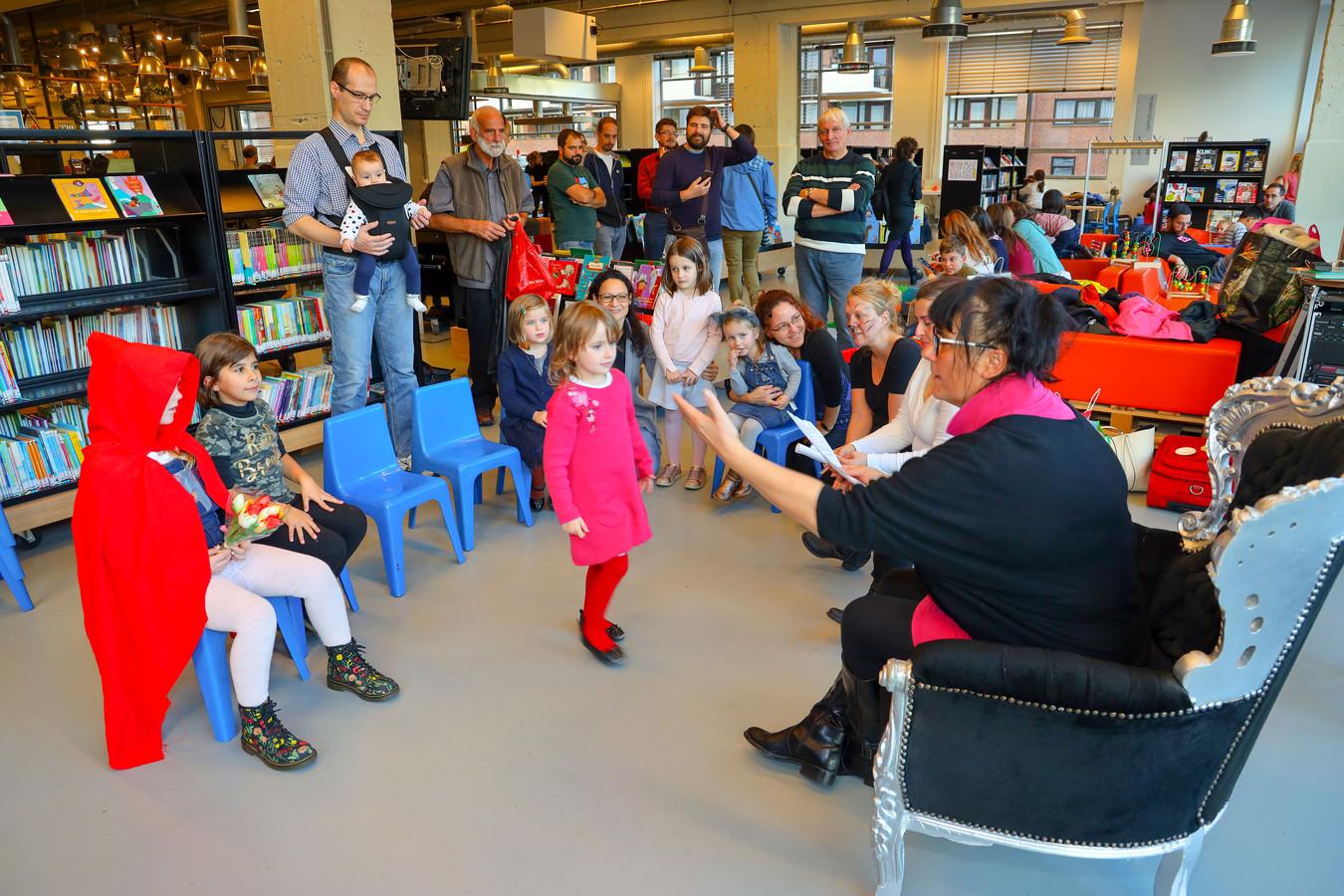 Italiaanse en Nederlandse kinderen én Roodkapje luisteren naar het verhaal dat Alessandra Scaccia vertelt in de bieb.