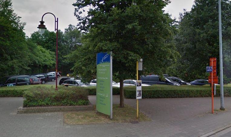De parking aan het zwembad is altijd druk bezet. De stad kiest er nu voor om er een blauwe zone van te maken.