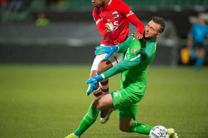 Het moment van de botsing tussen doelman Joël Drommel en Myron Boadu van AZ.