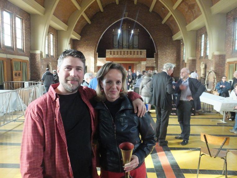 Mieke Van Hecke (44) en haar man Johan Van de Velde (46) kwamen de sfeer opsnuiven op de verkoop in de Sint-Barbarakerk waar ze allebei misdienaar waren en ze later ook trouwden.