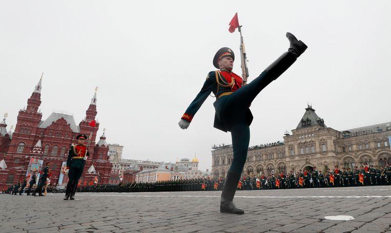 Een Russische bewaker neemt zijn positie in tijdens de Dag van de Overwinning, mei 2019. Beeld EPA