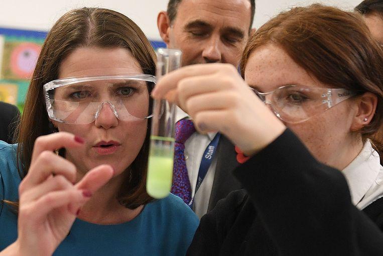 Ook Jo Swinson van de Liberal Democrats trekt naar een middelbare school: in de Hinchley Wood School in Londen neemt ze deel aan een les chemie.