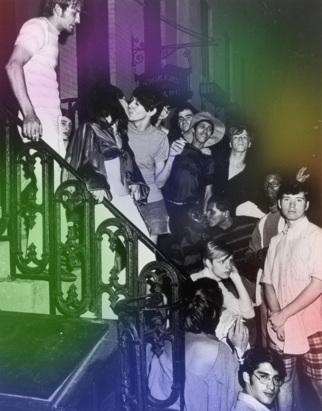 Bezoekers van de Stonewall Inn na de rellen van 28 juni 1969.