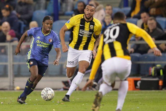 Jay-Roy Grot (midden) is in de achtervolging op Feyenoorder Tyrell Malacia.