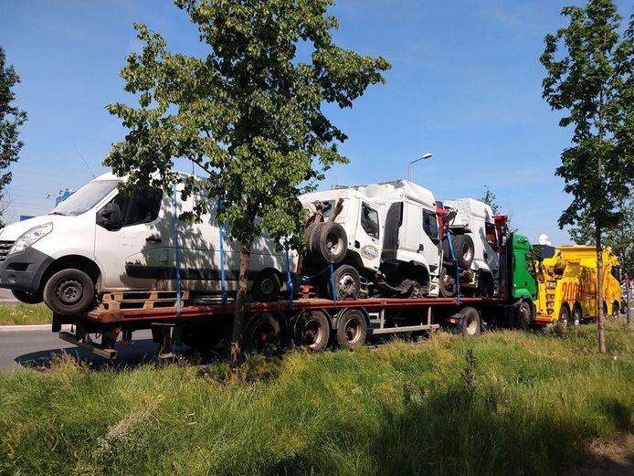 De truck vol auto's voor Afrika werd in beslag genomen omdat de zaakvoerder met niets in orde bleek te zijn en de onmiddellijke boete niet kon betalen.