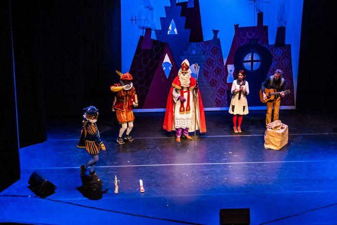 Na afloop van de voorstelling kwamen Sinterklaas en enkele pieten ook nog even opdraven in de grote zaal van Stadstheater Arnhem. Rechts zangeres Ageeth de Haan en gitarist Frans Groen.