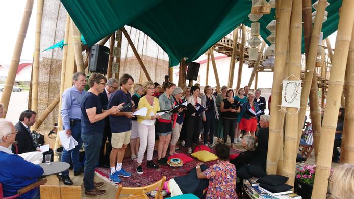 Het A-koor zong zondag in de Toren van Babel aan de voormalige slachthuissite in de Damwijk.