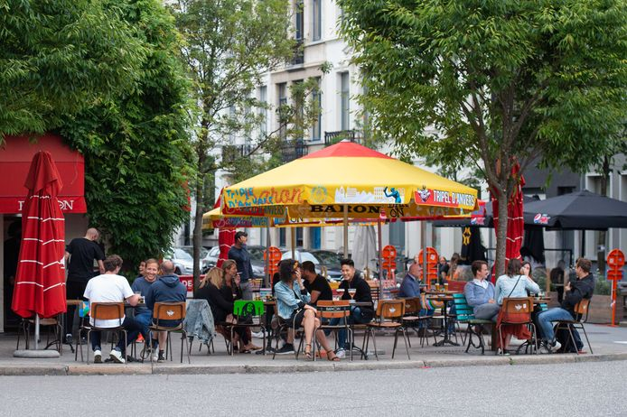Archiefbeeld - Bezoekers van een horecagelegenheid in Antwerpen in augustus.
