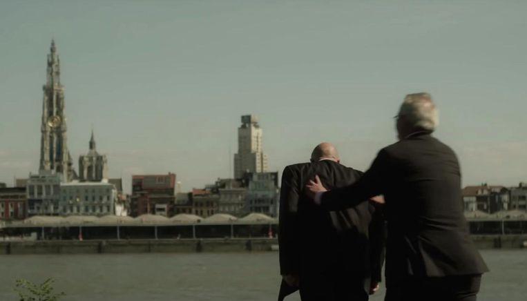 Een beeld uit een van de grappigste verkiezingsfilmpjes van 6 jaar geleden: Marc Van Peel duwt een Nederlander in de Schelde. Met het filmpje wou hij zich verzetten tegen 'halve waarheden en hele leugens' van de Nederlanders over de uitdieping van de Schelde.