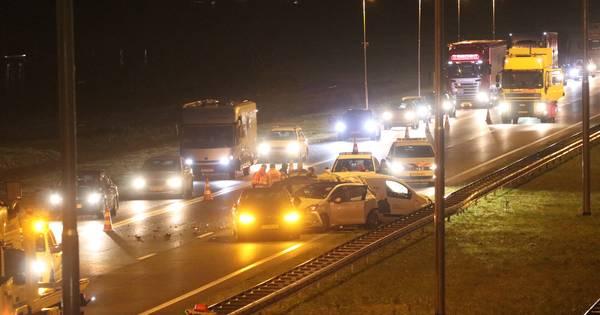 Kettingbotsing op A50 bij Apeldoorn: rijbaan dicht, meer dan een uur vertraging.